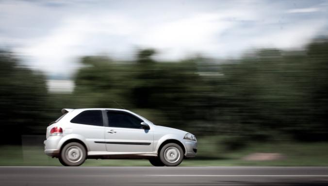 Técnica de panning feita em uma rodovia tendo um carro como objeto principal.