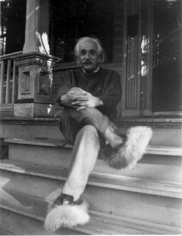Albert Einstein posando com suas pantufas em 1950.