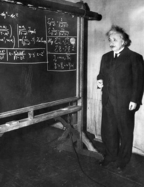 Albert Einstein em frente a um quadro negro explicando suas teorias em Pittsburgh, 1934.
