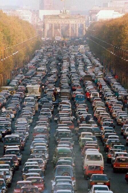 Alemães indo para Berlin Ocidental após a queda do Muro de Berlin em 1989.