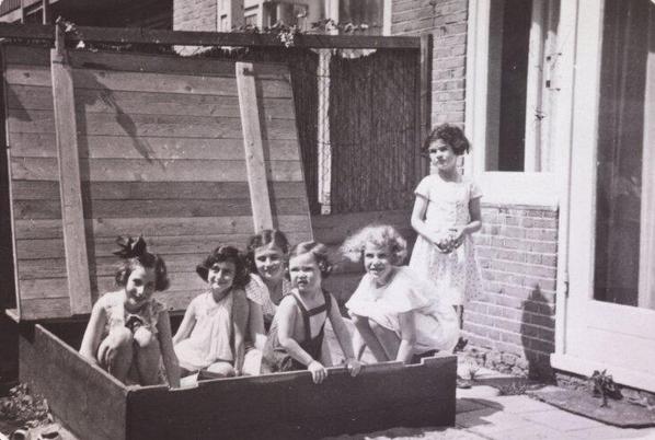 Anna Frank brincando com amigas em uma caixa de areia em 1937.